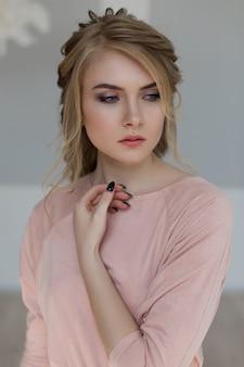 ピンクのビンテージドレスのロマンチックな女性