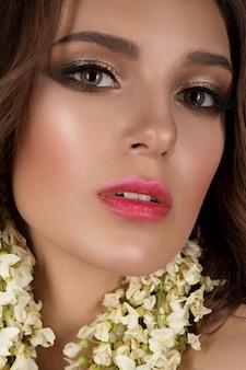 Модная девушка с цветами в волосах