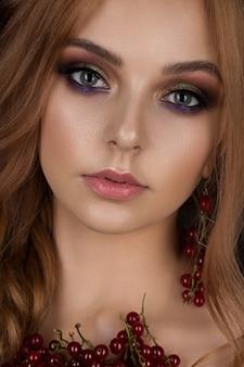 長い巻き毛の美しい生姜髪を持つ女性の肖像画。