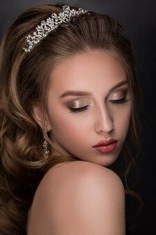 波状の髪型を持つ美しいモデルの女性