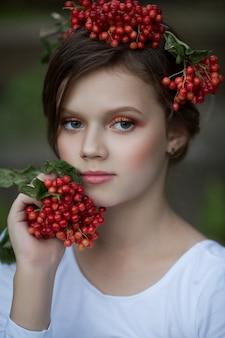Портрет красивой девушки с рябиной в волосах