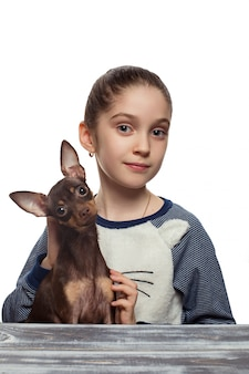Портрет красивой кавказской девушки с щенком терьера
