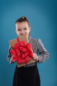 バレンタインデーのための手で大きな贈り物を持って美しい白人の女の子