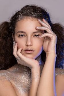 Красивая девушка с блестками на лице