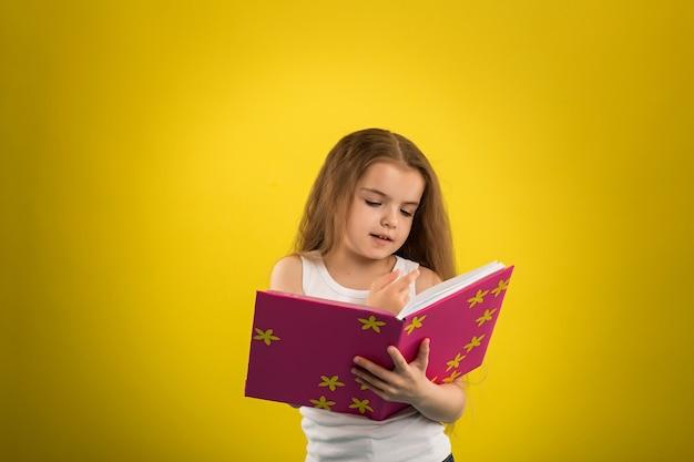 本を読む女