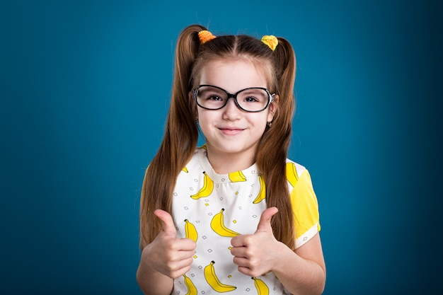 メガネの小さな黒い髪の少女