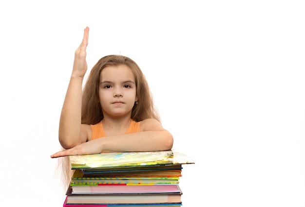 書籍とかわいい白人少女。学校の肖像画。孤立した