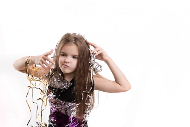 白い壁に美しい少女の写真