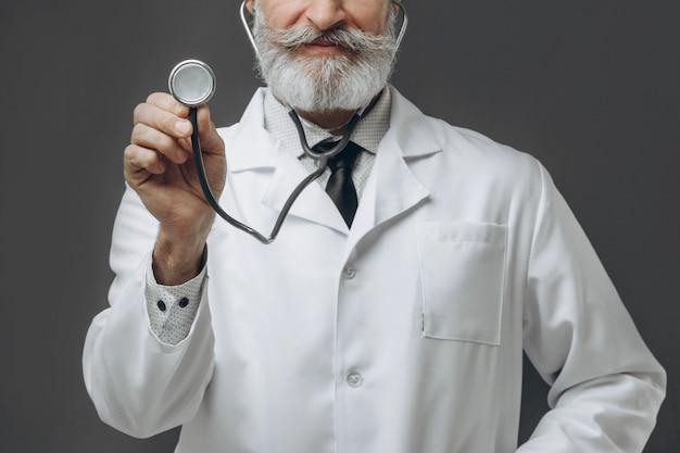 彼の手を伸ばして聴診器を保持している先輩医師