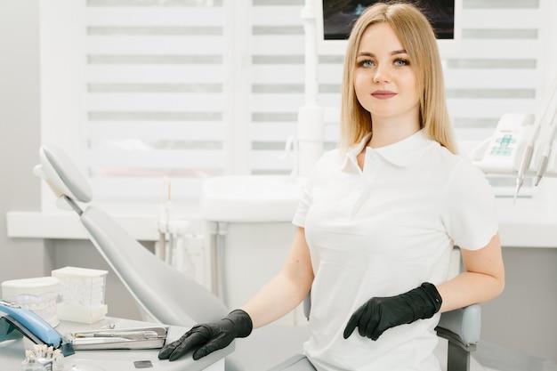 Молодая профессиональная женщина стоматолог в офисе