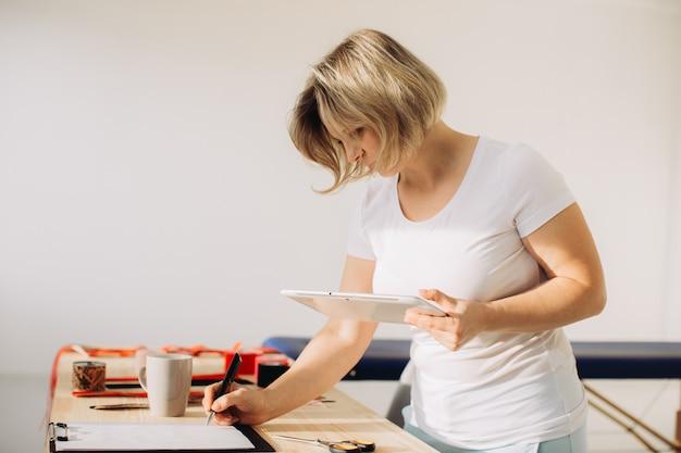 クリニックでの医療相談の準備をしている女性セラピスト。