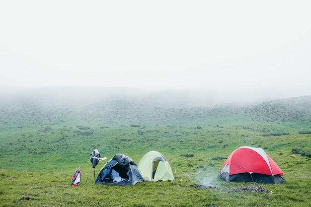 霧の日に山の中でいくつかのキャンプテント