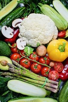 白で隔離される様々な野菜