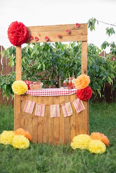 レモネードスタンド氷とミントの夏のさわやかな飲み物としてイチゴのレモネード。フルーツと冷たいソフトドリンク。
