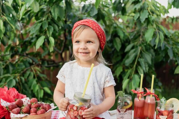イチゴとミントはデトックス水を注入しました。氷とミントの夏のさわやかな飲み物としてイチゴのレモネード。フルーツと冷たいソフトドリンク。