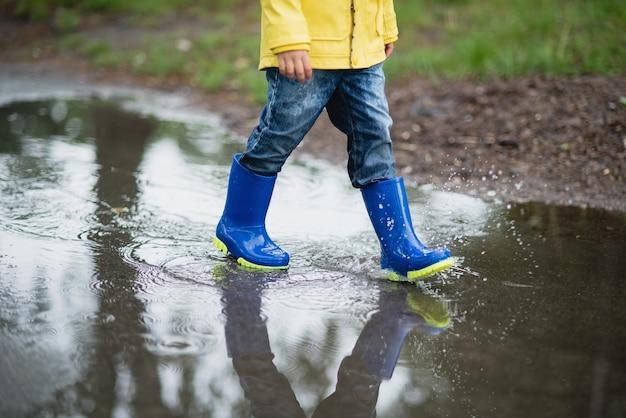 水たまりで遊ぶ少年
