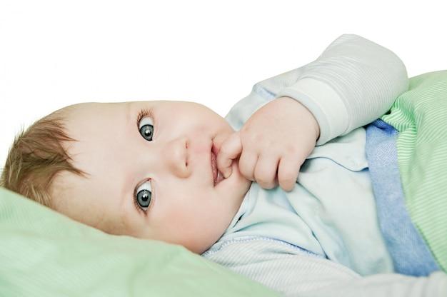 生まれたばかりの子供がお風呂やシャワーの後ベッドでくつろいで