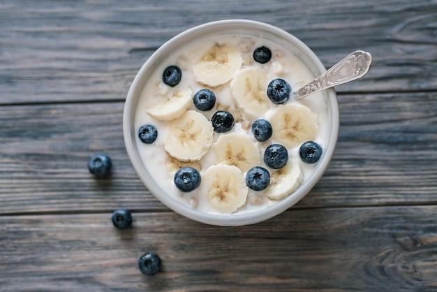 Здоровая веганская еда. полезный завтрак с йогуртом и овсяной мюсли