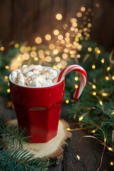 クリスマス背景キャンディー杖枝ホットチョコレート飲料は暗い背景にオレンジスライスを乾燥させます。ホリデーカード。上面図
