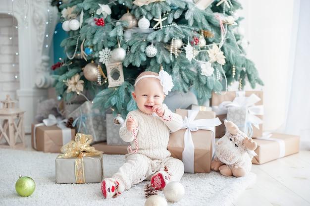 飾られたクリスマスツリーの近くの美しい少女