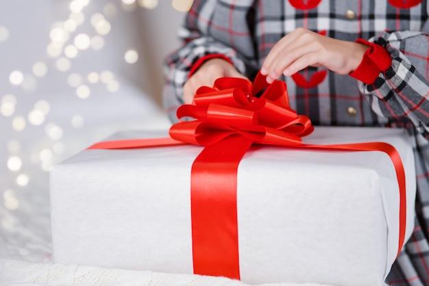 クリスマスプレゼントと小さな男の子の手。認識できません。