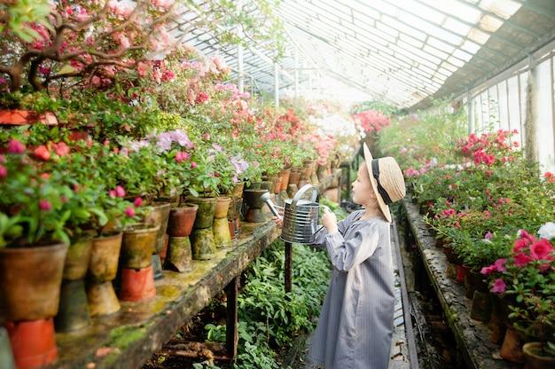 Малыш с цветочной корзиной. девушка держит розовые цветы
