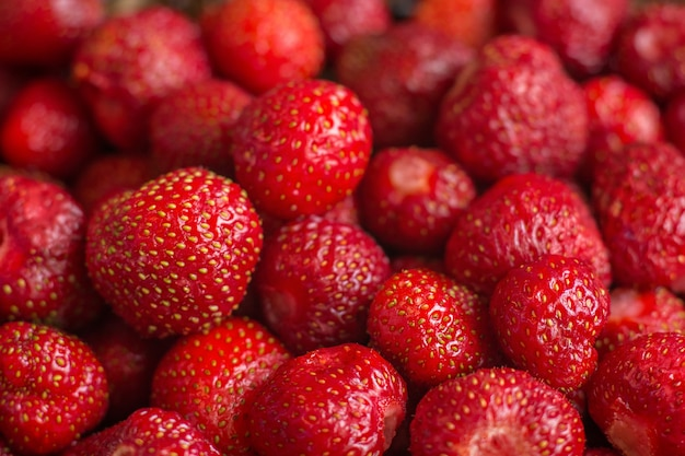 新鮮な収穫のイチゴ、フルフレーム。テクスチャとして赤い甘い新鮮な果実。