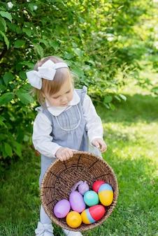 Милая девушка с пасхальными яйцами