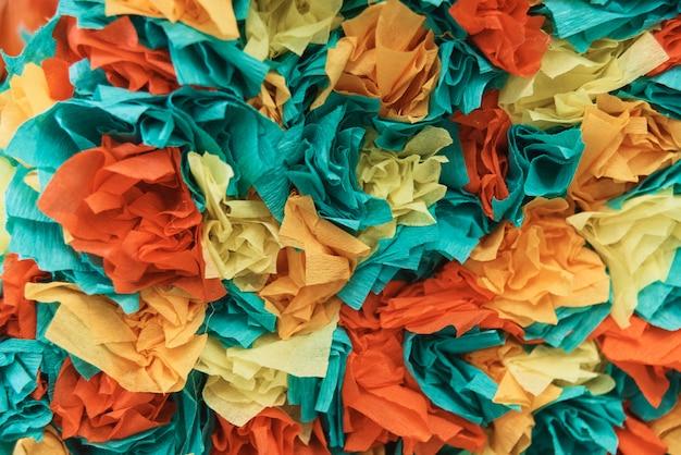 パーティーやカーニバルの装飾。異なる色の段ボール紙でお祭りの背景