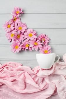 Нежный натюрморт: цветы герберы и белая чашка