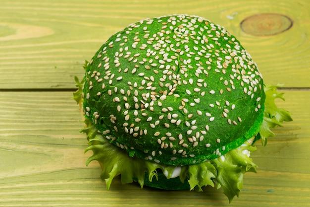 緑色の背景で新鮮なグリーンバーガー