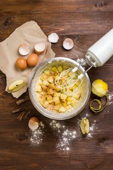 Ингредиенты для пирога шарлотта на деревянном столе