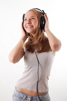 ヘッドフォンの女の子は音楽を聴く