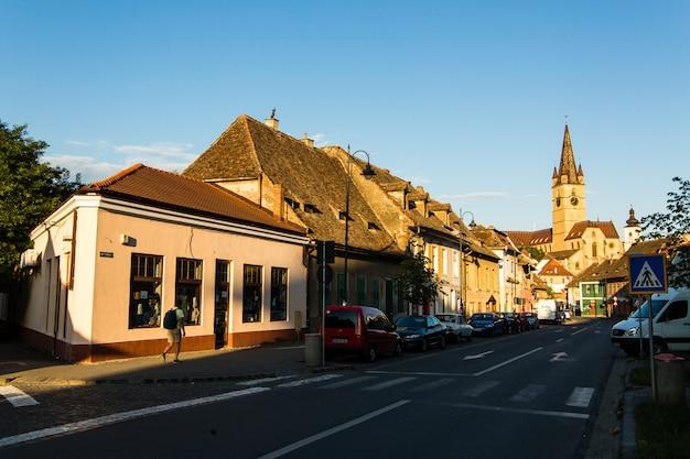トランシルヴァニア。中世の下町の街から見た、ユエット広場に建てられたルーテル教会