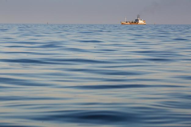 海の夕日と海軍の船のシルエット