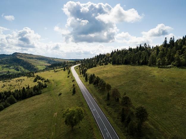 上からキャプチャされた山のある道路への空撮
