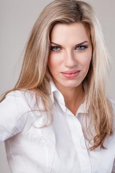 Красивая блондинка деловая женщина в белой рубашке