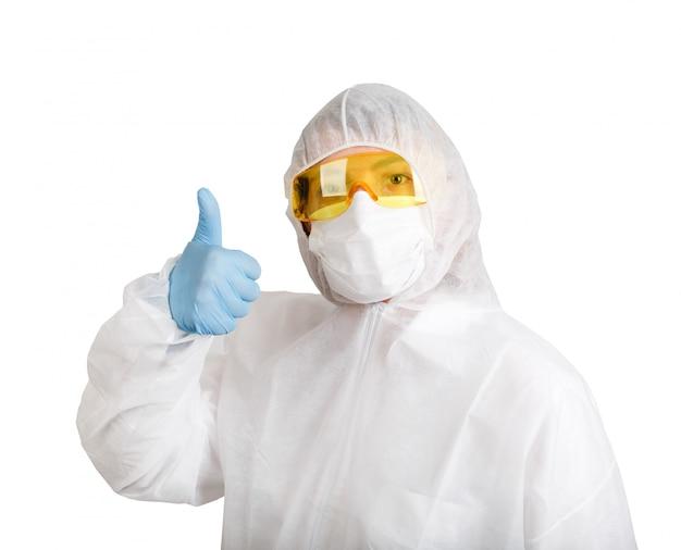 Доктор женщина в противоэпидемическом костюме, изолированных на белом