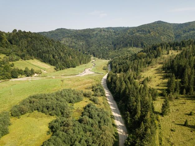 Дорога через горы и лес, захваченный сверху