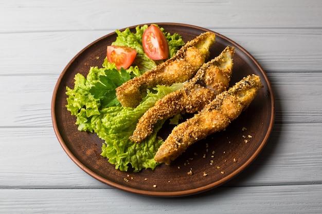 プレートテーブルのクローズアップのおいしい焼き魚