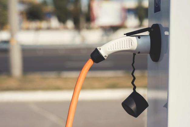 再充電するために、電気機械が充電ステーションで停止しました。