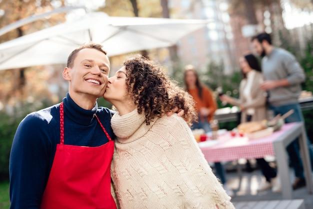 男と少女は、ピクニック中にカメラでポーズをとっています。