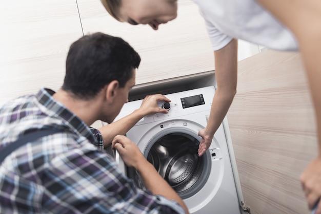 女性は洗濯機の修理工と呼ばれました。