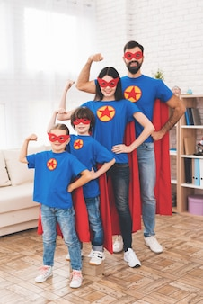 スーパーヒーローのスーツを着た子供と親。