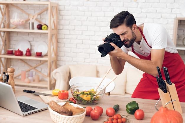 料理ポッドキャスト視聴者のための食材を撮影するシェフ。