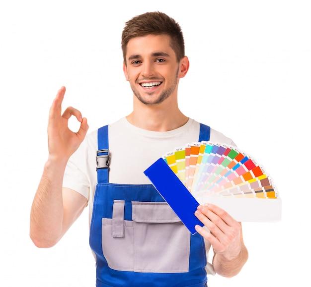 若いデザイナーの作業服の男。