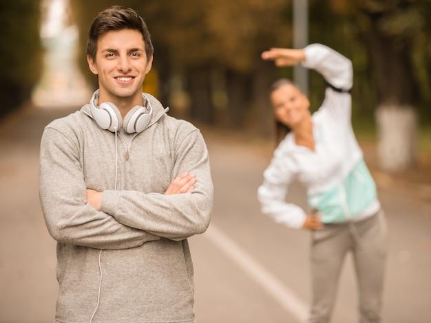 スポーツの若者は公園で一緒にトレーニングをします。