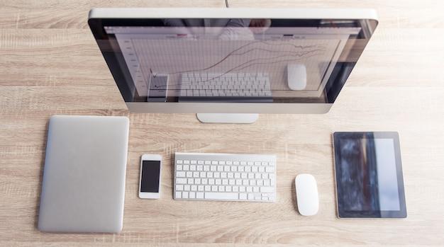 現代のコンピューター、ラップトップ、デジタルタブレットの平面図です。