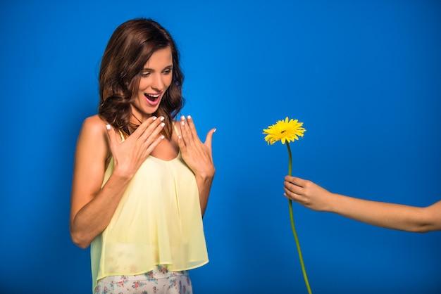 黄色の花と美しい女性