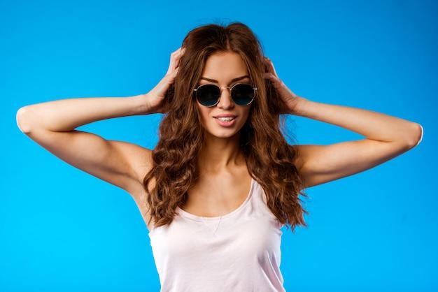 ポーズのサングラスを持つ少女